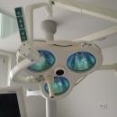 OP Säule Kavo Centro mit Dr. MAch-Lampe mit Kamera, Ablage und Monitor